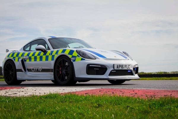 Lako je kada na putu imate policijski Cayman GT4