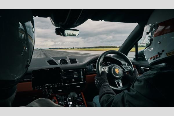 Porsche Cayenne Turbo pomaže biciklisti da dostigne 240 km/h