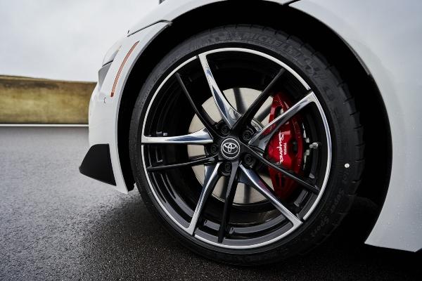 Mercedes A45 S 4Matic+ protiv Supra modela na pravcu