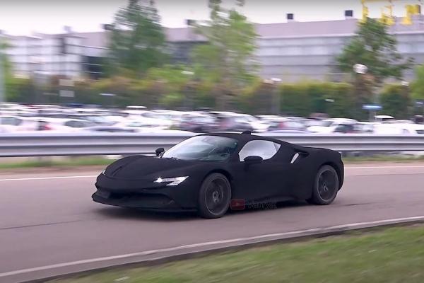 Neobični Ferrari u dubokoj crnoj boji tamnojoj od noći