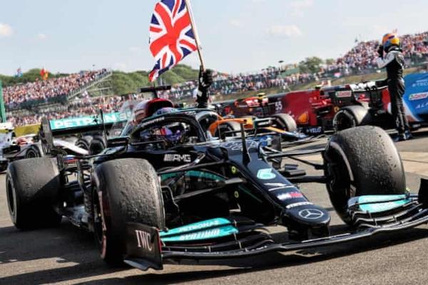 Hamilton odnosi pobedu u Britaniji nakon Verštapenovog udesa