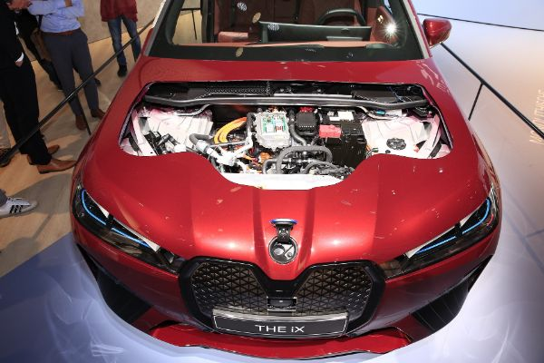 BMW iX dobija dijamantske zvučnike